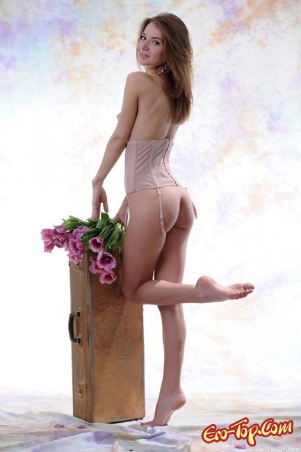 Голая с цветами - эротические фото.