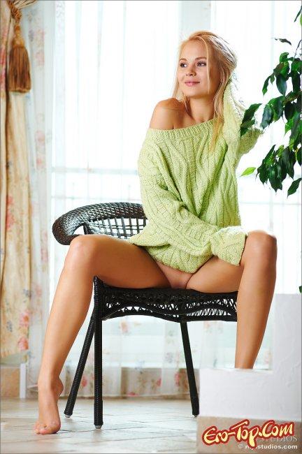 Молодая блондинка в кофте на голое тело. Фото эротика.