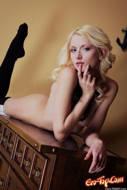 Блондинка в чёрных чулках на кухне - фото эротика.