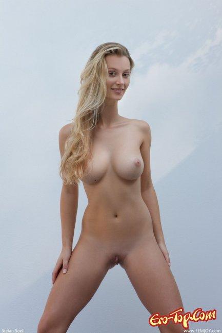 Голая блондинка с большой грудью - фото эротика.