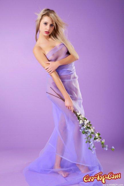 Красивая, голая блондинка с цветами. Фото эротика.