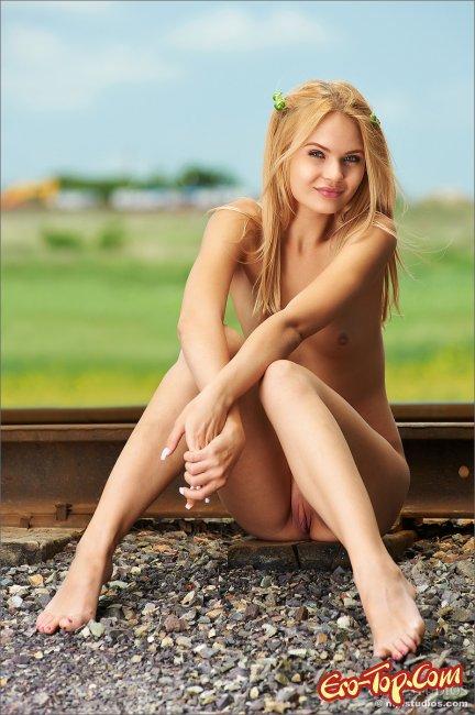 Голая девушка на рельсах - фото эротика красивой блондинки.