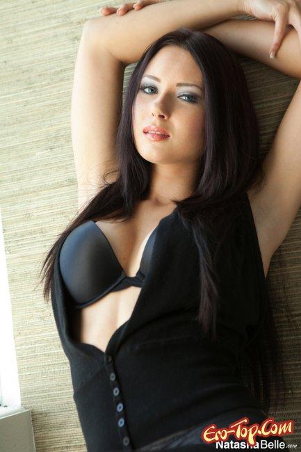 Natasha Belle - сексуальная девушка в чёрном. Фото эротика.